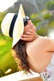 Jeune brunette sexy utilisant un chapeau de plage Images libres de droits