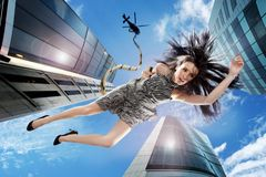 Jeune brunette tombant vers le bas le ciel Photo stock