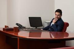 Jeune bureau beau de Portrait In His d'homme d'affaires Images stock