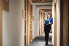 Jeune bureau heureux de Working In Corporate de femme d'affaires pour le travail d'affaires image libre de droits