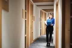 Jeune bureau heureux de Working In Corporate de femme d'affaires pour le travail d'affaires photos stock