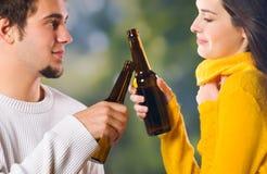 Jeune célébration de couples photographie stock