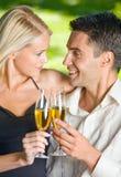 Jeune célébration de couples Image stock