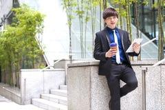 Jeune cadre commercial masculin asiatique à l'aide de la tablette Photo stock