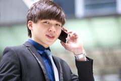Jeune cadre commercial masculin asiatique à l'aide du téléphone intelligent Images libres de droits