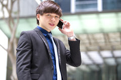 Jeune cadre commercial masculin asiatique à l'aide du téléphone intelligent Image libre de droits