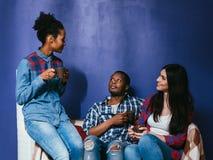 Jeune café de boissons d'amis, amitié interraciale Photographie stock
