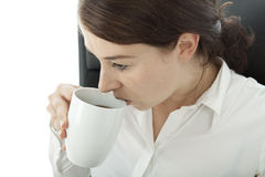 Jeune café potable de femme d'affaires de brunette Images stock