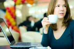 Jeune café potable de femme d'affaires et o fonctionnant Photos stock