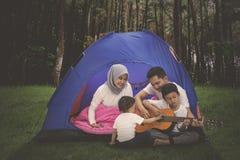 Jeune camping musulman de famille dans la forêt image stock