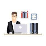Jeune caractère d'homme d'affaires fonctionnant avec l'ordinateur portable sur son lieu de travail de bureau, vie quotidienne de  Image stock