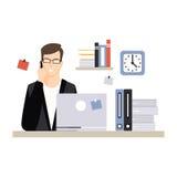 Jeune caractère d'homme d'affaires se reposant au bureau d'ordinateur avec l'ordinateur portable et parlant par le téléphone, vie Image libre de droits