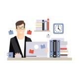 Jeune caractère d'homme d'affaires se reposant au bureau d'ordinateur avec le thé fonctionnant et potable d'ordinateur portable,  Photo stock