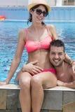 Jeune caresse heureuse de couples heureuse avec amour sur la plage Photos libres de droits
