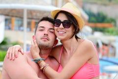 Jeune caresse heureuse de couples heureuse avec amour sur la plage Images stock