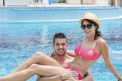 Jeune caresse heureuse de couples heureuse avec amour sur la plage Images libres de droits