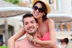 Jeune caresse heureuse de couples heureuse avec amour sur la plage Image stock