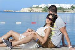 Jeune caresse heureuse de couples heureuse avec amour sur la plage Photo stock