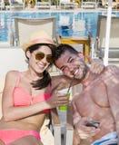Jeune caresse heureuse de couples heureuse avec amour sur la plage Photographie stock