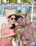 Jeune caresse heureuse de couples heureuse avec amour sur la plage Photographie stock libre de droits