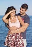Jeune caresse heureuse de couples heureuse avec amour sur une plage de mer Images libres de droits