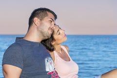 Jeune caresse heureuse de couples heureuse avec amour sur une plage de mer Photos stock