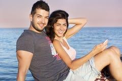 Jeune caresse heureuse de couples heureuse avec amour sur une plage de mer Photographie stock