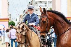 Jeune cavalier de cheval faisant un tour par la foire de Séville Image libre de droits