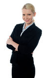 Jeune CEO de sourire de femelle posant avec les bras pliés Photo stock