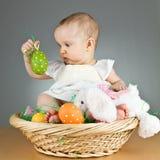 Jeune chéri mignonne dans une configuration de Pâques Photo stock