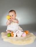 Jeune chéri mignonne dans une configuration de Pâques Images stock