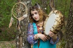 Jeune chaman féminin dans les bois Photographie stock libre de droits