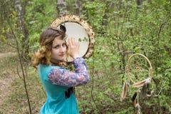 Jeune chaman féminin dans les bois Images libres de droits