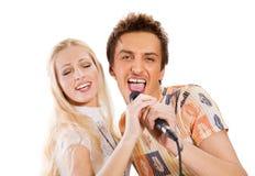 Jeune chant de couples photo stock