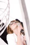 Jeune chanteur féminin semblant naturel de bruit Image libre de droits