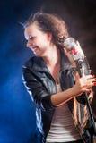 Jeune chanteur riant sur l'étape photo libre de droits