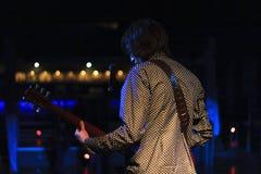 Jeune chanteur Rock sur l'étape jouant la guitare Photographie stock libre de droits