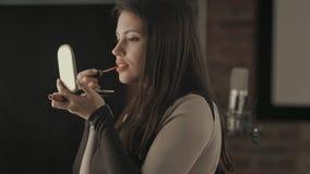 Jeune chanteuse de Bautiful appliquant le maquillage de lèvres avec la brosse cosmétique Photos stock