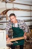 Jeune charpentier avec à la machine de rabotage images stock