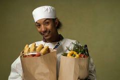 Jeune chef d'Afro-américain avec des épiceries Photographie stock libre de droits
