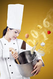 Jeune chef faisant cuire avec la casserole Photos libres de droits