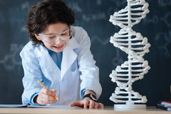Jeune chercheur avec plaisir appréciant la science dans le laboratoire photo stock
