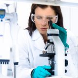 Jeune chimiste dans le laboratoire Images libres de droits