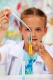 Jeune chimiste - petite fille dans la classe de la science image libre de droits