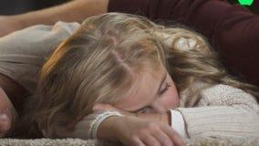 Jeune chute de famille endormie sous l'arbre Santa Claus de attente, temps magique de Noël clips vidéos