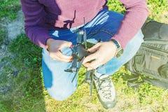 Jeune cinéaste tenant le véhicule aérien téléguidé U poids du commerce - bourdon, le préparant pour enlever et tirer le bel enreg photographie stock