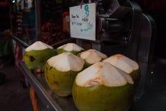 Jeune coconnut au marché de nourriture image stock