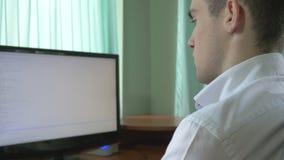 Jeune codage d'informaticien à son bureau banque de vidéos