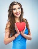 Jeune coeur heureux de rouge de symbole d'amour de prise de femme D'isolement sur le studi Photographie stock