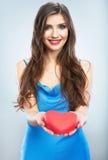 Jeune coeur heureux de rouge de symbole d'amour de prise de femme D'isolement sur le studi Images stock
